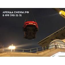Погрузка автомобиля FERRARI на подиум в Москве